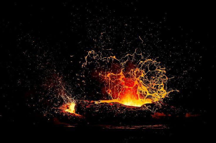 """""""Υψικαμίνος"""" από τον Alexandre Hec (Γαλλία ). Όταν η ροή της λάβας από το Kilauea στο Μεγάλο Νησί της Χαβάης εκβάλλει σε τακτά χρονικά διαστήματα στον ωκεανό, το θέαμα είναι εντυπωσιακό. Το Kilauea είναι ένα από τα πιο ενεργά ηφαίστεια στον κόσμο, με συνεχείς εκρήξεις από το 1983. Καθώς η κόκκινη-καυτή λάβα, που ξεπερνά τις περισσότερες φορές τους 1,000˚C, εκβάλλει στη θάλασσα, παράγονται τεράστια σύννεφα ατμού σφύριγμα επάνω, που παράγουν αλμυρή, όξινη ομίχλη ή βροχή. Φωτογραφία: ..."""
