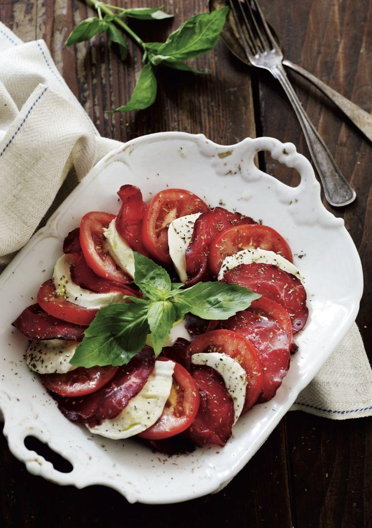 Caprese leggera. Tomatsalat med mozzarella og bresaola. En god sommerret, der lige har fået lidt mere substans end den klassiske caprese tomat/mozzarella-salat. Bresaolaens salte smag fremhæver de øvrige ingredienser. Er man endnu mere dristig, kan man udskifte bresaolaen med ansjoser og kapers. Det salte løfter den søde smag af tomaterne og den mælkede mozzarella.