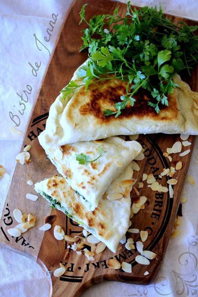 """Bistro de Jenna Food Style Photography © Jenna Maksymiuk: Galette arménienne """"Jingalov hats"""" INGREDIENTS:  (Pour 4 petites galettes)  375 g de farine 6 c.à.soupe de huile d'olive sel 175 ml d'eau tiède 50 g de persil haché 20 g de menthe hachée 20 g de cerfeuil 1 petit poireau fin beurre amandes effilées grillées"""