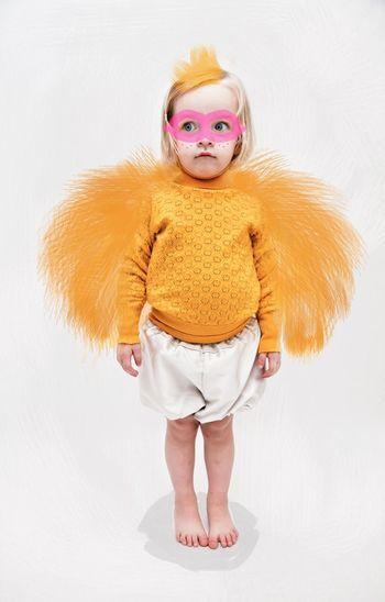お気に入りの普段着に羽根をプラスすれば、かわいいメガネ鳥さんのできあがり。