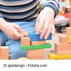 Blind gebaut: Einen Turm mit verbunden Augen stapeln - Spielidee für Kinder