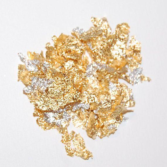 Deze prachtige Italiaanse glitter vlok mix is meestal goud met sommige gemengde zilver. Dit is geweldig voor iedere shimmer van gouden finish aan uw nagels of ambachtelijke projecten. Geweldig voor hars sieraden, polymeer klei projecten, decoupage en papier kunstprojecten.  NIET ONDERDOMPELEN IN NAGELLAK.  Dit is voor aflak alleen!!  Het zakje bevat 6-8 gram goud vlokken.