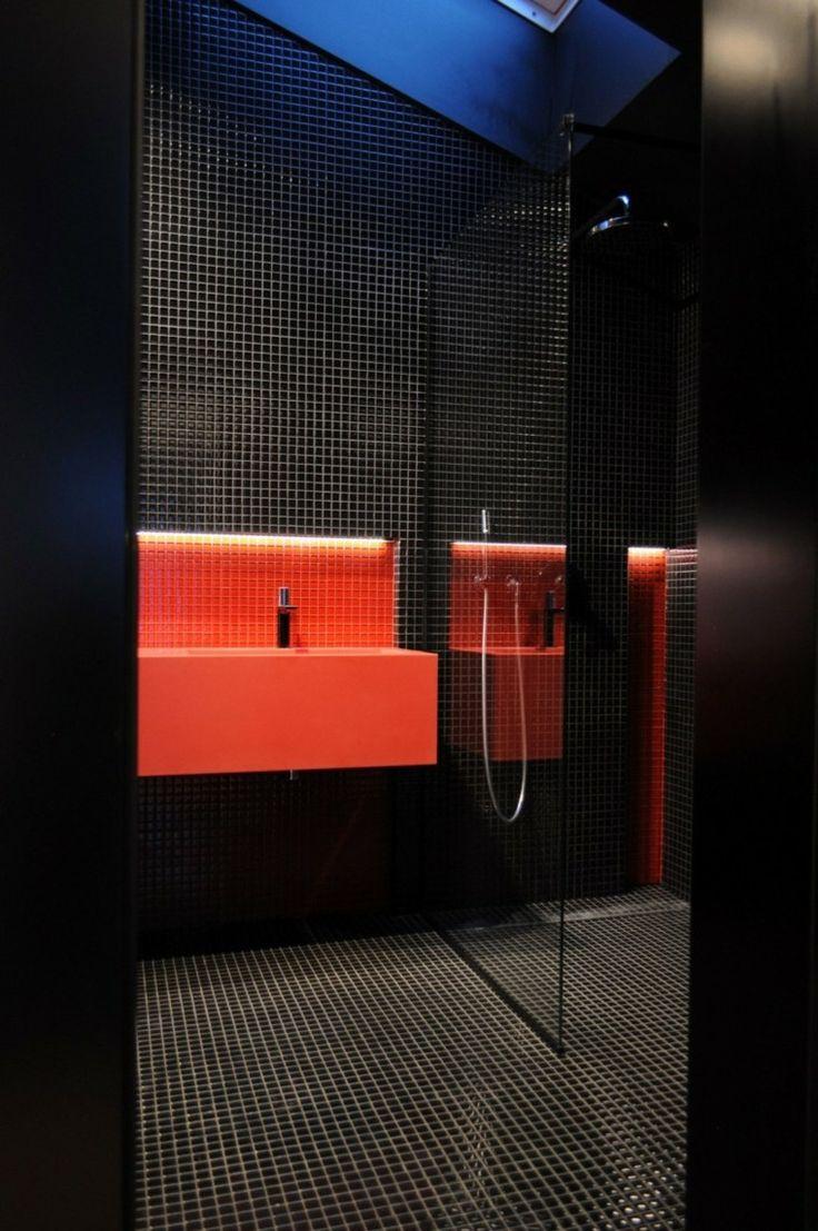 suelo y pared de mosaico negro y lavabo rojo