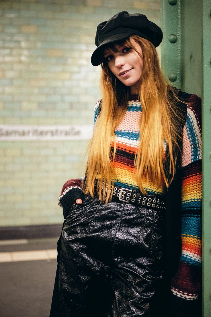 Berlin U-Bahn Street style, patent leather pants and colourful striped sweater, fashion blogger Berlin urban fashion outfit