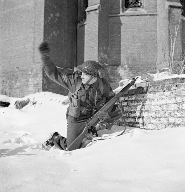 """Sergeant Réal Lalonde calling forward the rest of his Section of """"D"""" Company, Le Régiment de Maisonneuve, Cuyk, Netherlands, 23 January 1945. January 23, 194 Library and Archives Canada MIKAN 3210493"""