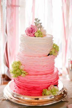rosa volantes ombre pastel de bodas con hortensias verdes