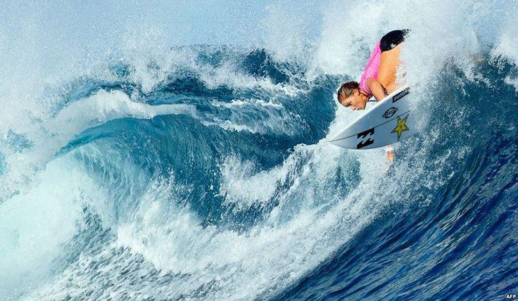 Μια επαγγελματίας αθλήτρια δαμάζει τα κύματα κατά τη διάρκεια του ημιτελικού των γυναικών στο παγκόσμιο πρωτάθλημα του σερφ στα νησιά Φίτζι.