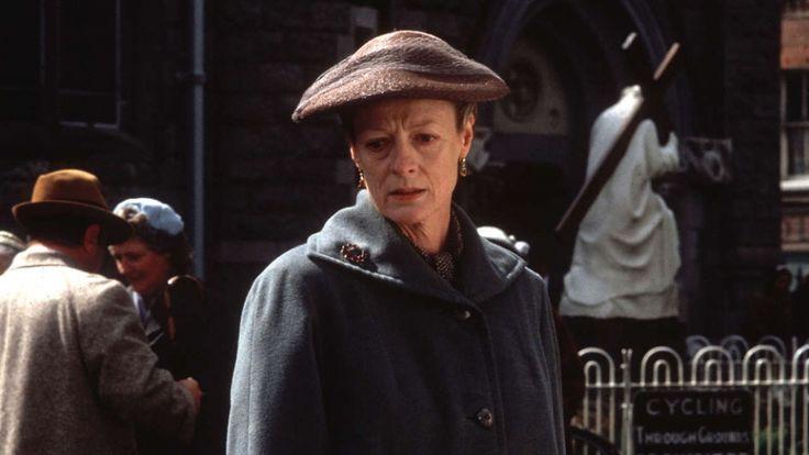 Täydellinen ajoitus ja huippuunsa hiottu tekniikka ovat näyttelijä Maggie Smithin tunnuspiirteitä, onpa kyseessä sitten komedia, Shakespearen draama tai epookkitarina. Kuusi vuosikymmentä kestäneellä urallaan hänestä on tullut Britannian kansallisaarre ja maailman rakastama tähti.