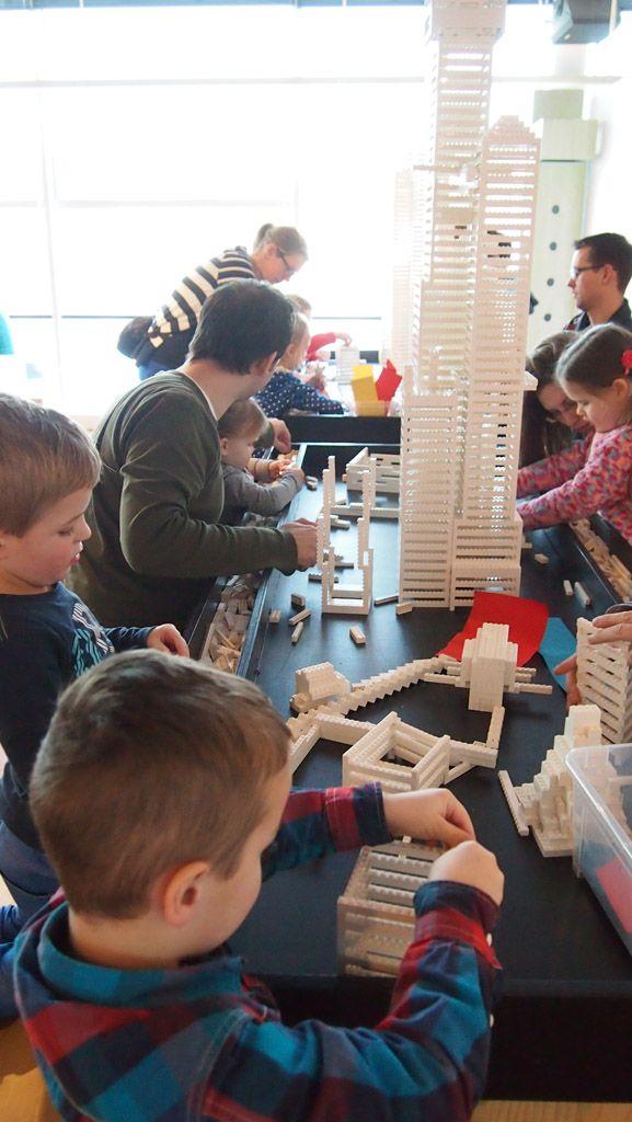 Villa Zebra: wolkenkrabbers bouwen van Lego, knutselen, spelen in een caravan en echte kunst bekijken. Dat kan bij Villa Zebra in Rotterdam.