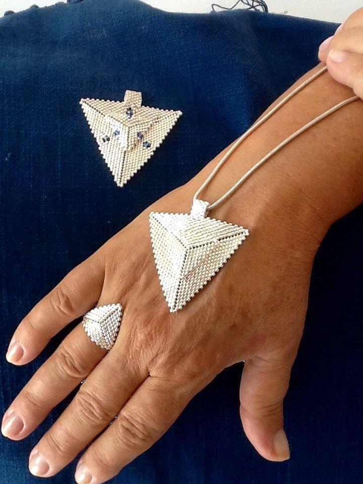 Tissage de perles modèle peyote triangle.   Confection sur mesure de bijoux ( bracelets, collier, bague, boucles d'oreille). Les perles utilisées sont des perles précieuses japonaises appelées Miyuki Delica, ainsi que des perles en cristal de la marque Swarovski.   https://www.facebook.com/Bijouxbyclochette