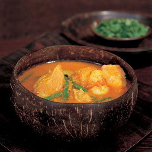 Thaise curry met pompoen, zalm en garnalen van Nigella Lawson, uit het kookboek 'Nigella bijt' van Nigella Lawson. Kijk voor de bereidingswijze op okokorecepten.nl.