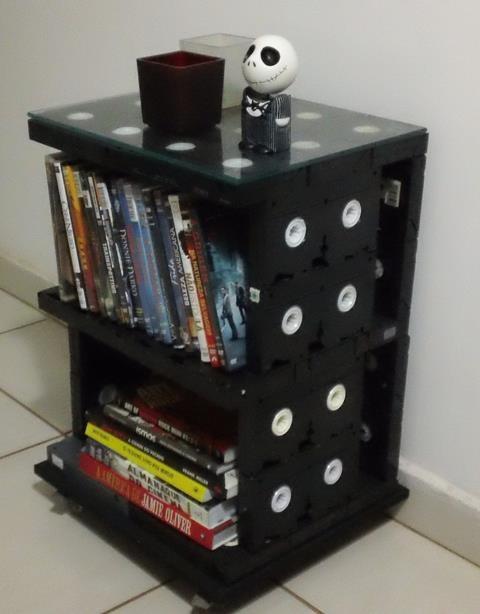 Mesa con VHS's reciclados.                                                                                                                                                                                 Más