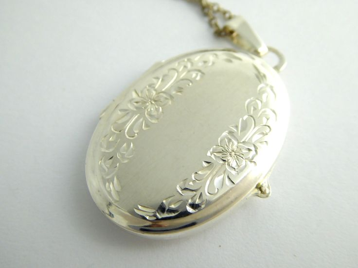 Hallmarked 1979 Sterling Silver Photo Locket Pendant - The Collectors Bag