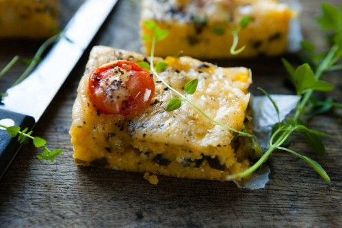 Рецепта за Полента (качамак) на фурна, която е подходяща за обяд или вечеря. Продукти и начин на приготвяне на Полента (качамак) на фурна. - Рецепти от Rozali.com