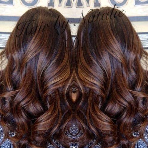 pelo largo y castaño con balayage caramelo