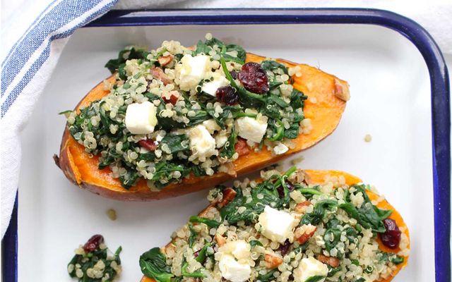 Geroosterde zoete aardappel met quinoa, spinazie en feta