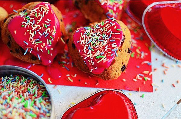 Romantic Valentine's Day Desserts Apricots and Chocolate Muffins Recipe, easy, basic muffins recipe, pink froasting, μάφινς, αγιου βαλεντίνου, συνταγή, ροζ γλάσο, σοκολάτα