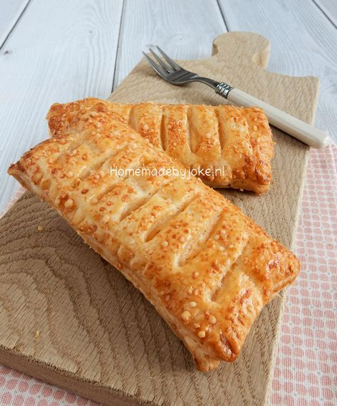 Kaasbroodjes van bladerdeeg zijn heel eenvoudig om te maken en je hebt maar een paar ingrediënten nodig. Binnen een half uur heb je deze broodjes gemaakt en kun je er van genieten!