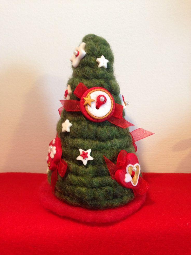 Abete natalizio decorato con bottoni cantastorie...
