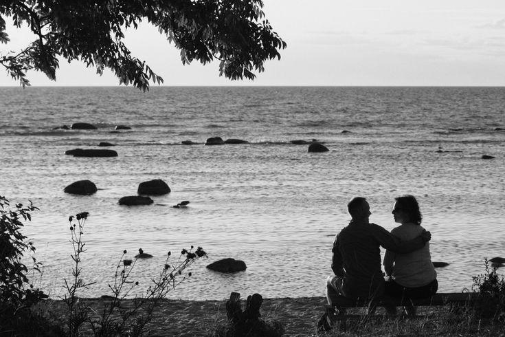 Couple #couple #beach #ocean #stones #beach #tree #sand #blackandwhite #horizont #horisont #vilmamoquist