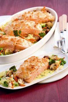Ein exotischer Auflauf mit Lachs, Gemüse und Curry Zutaten für das Rezept Curry-Lachs-Auflauf 250 g Möhren 200 g Champignons 1 TL Butter 200 g Schnellkoch-Naturreis 400 ml Gemüsebrühe 600 g Lachsfilets ohne Haut und Gräten Salz frisch gemahlener Pfeffer 175 g tiefgekühlte Erbsen Soße: 1 Zwiebel 1 Bund glatte Petersilie 1 EL Butter 1 TL Curry (mild) etwa 1 TL Weizenmehl 100 ml Milch 150 g Schlagsahne Brösel: 4 geh. TL Kokosraspel 2 geh. TL Semmelbrösel 2 EL weiche Butter