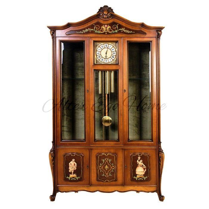 Итальянская витрина со встроенными часами