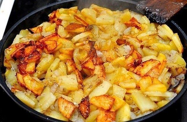 Как правильно жарить картофель. Правило №1 Картофель после очистки и нарезки обязательно надо замочить в холодной воде. Вода должна быть холодной для того, чтобы вытянуть из корнеплода крахмал. Если вода будет горячей...
