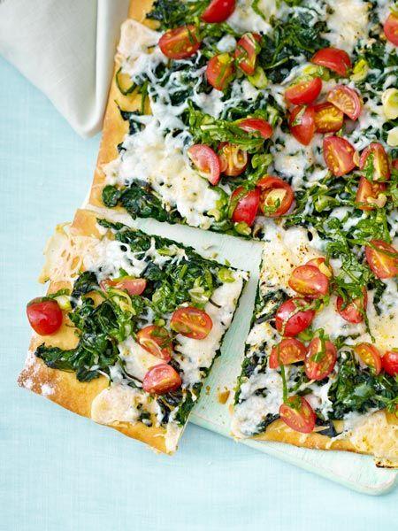 Spinat-Ziegenkäse-Pizza mit Tomaten