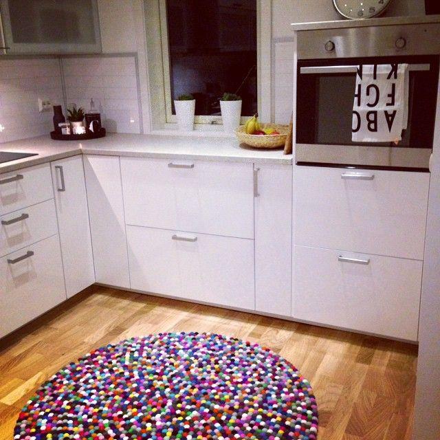 Der klassische Multi Color Kugelteppich, der durch leuchtende Farben in den Vordergrund tritt. Dieser Kugelteppich besteht aus 18 unterschiedlichen Farbnuancen. Der Teppich ist besonders dort geeignet, wo Räume an Farbe und Lebendigkeit gewinnen sollen. Je nach Lichteinfall und Perspektive verändert sich der Ausdruck des Teppichs konstant. Der Teppich lässt sich universell in allen Räumen einsetzen.