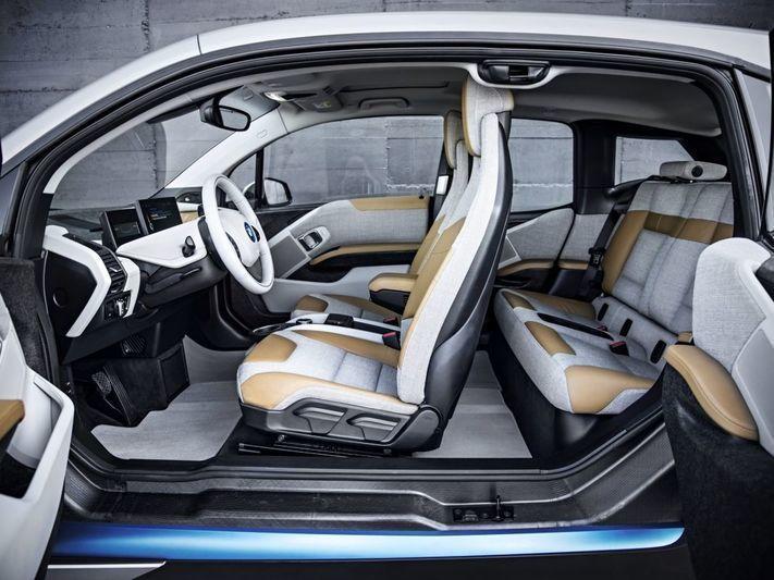 De BMW i3 heeft een unieke eigenschap waar ik nergens over had gelezen. In moderne auto's met hun grote glasoppervlakken zet je op zonnige dagen, zelfs in de winter, snel de airconditioning aan. In mijn test-BMW bleef het in juli opmerkelijk koel, zo koel dat ik bij temperaturen boven de 20 graden de airco uit liet zonder er erg in te hebben. Het interieur warmt ook bij felle zon veel minder op dan in 'normale' auto's, ook BMW's. Het verschil was zo groot dat ik in eerste instantie aan een…