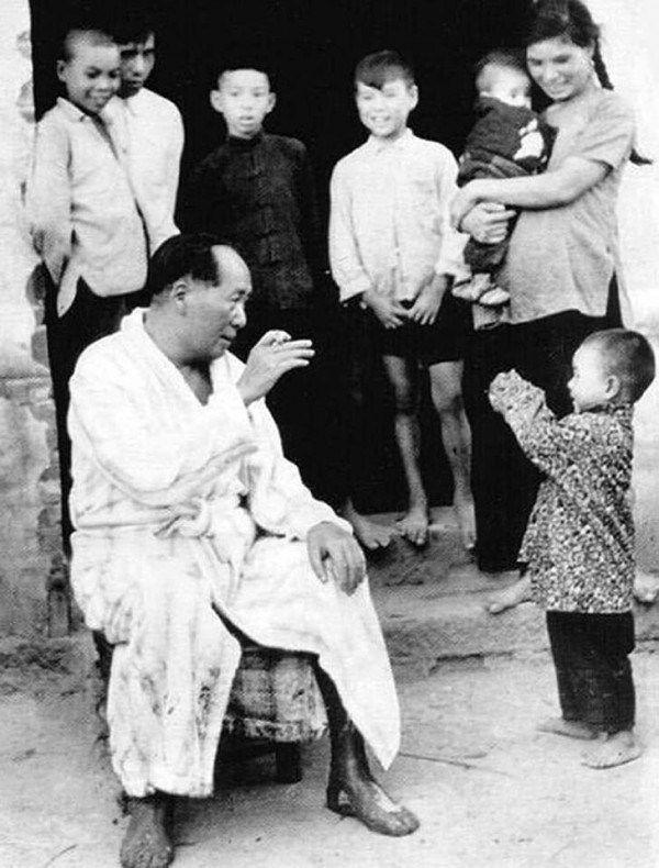1958, Hunan Xiangjiang, Mao Zedong and children.