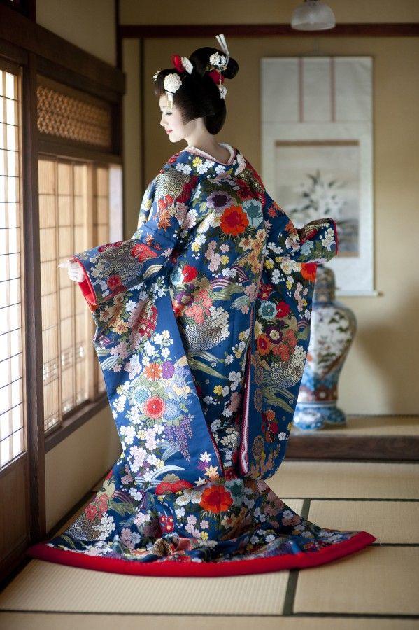 落ち着いた紺地に、様々な小花が雅な趣を醸し出す一着。夏に着たい色打掛参照一覧。