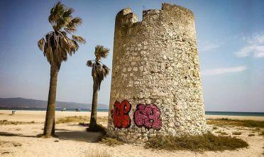 """""""Qualcuno ha imbrattato la torre spagnola – si legge sul social – si tratta di qualche idiota che ha provato a rovinare uno dei simboli di Cagliari""""."""