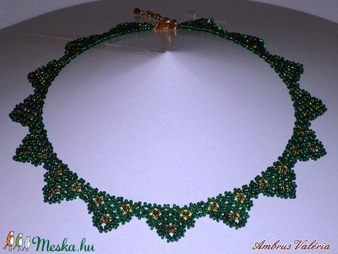 Zöld - Arany mintás háromszöges fűzött gyöngy nyaklánc (AmbrusValeria) - Meska.hu