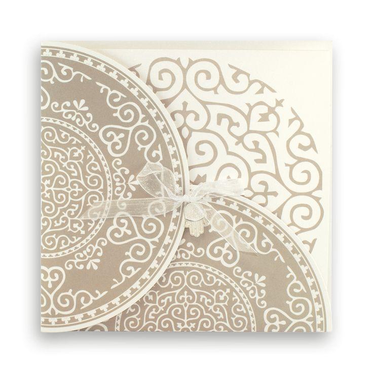 Faire-part mariage oriental : Pochette rosaces beige avec main fatma métal J5012