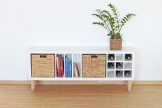 Ikea Kallax Regal als stylische Lowboard Variante wird zum absoluten Hingucker im Wohnzimmer. Aufgepimpt haben wir das Ikea Regal mit unseren FOT-Möbelfüßen und den Regaleinsätzen VERTIKAL, KALTERN und SEBORG