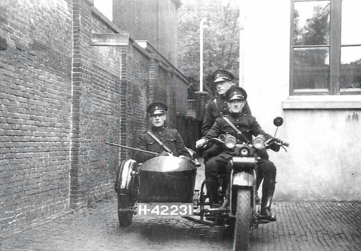Agenten op de motor bij het politiebureau in de Lange Nieuwstraat vóór 1950
