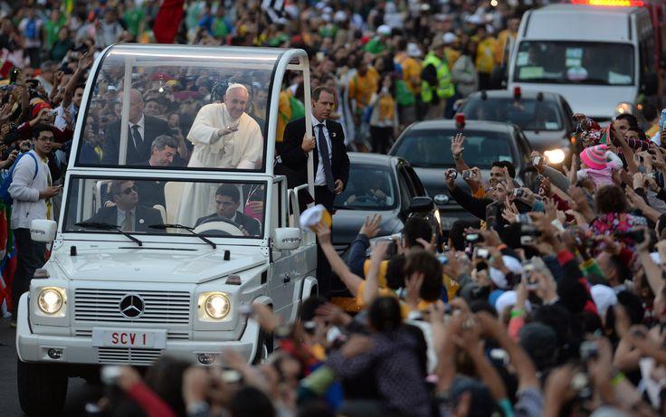 26/7 - Francis Papa saluda a la multitud en Copacabana