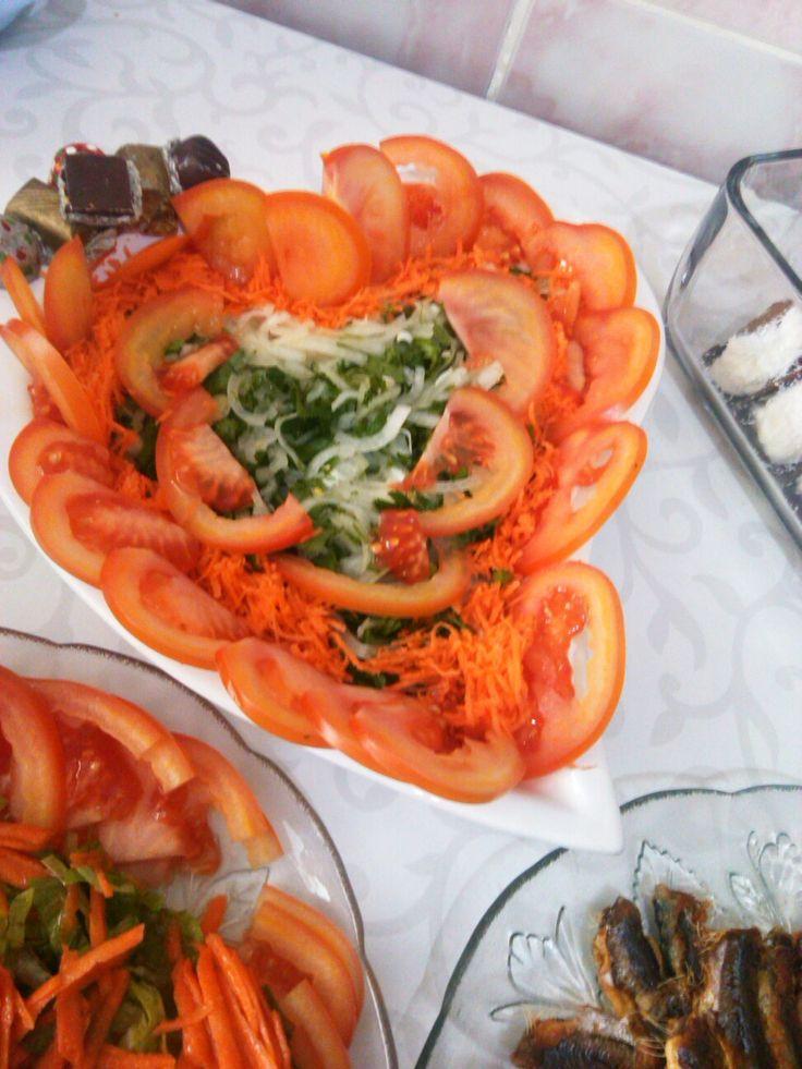 Balık yanında soğan salata