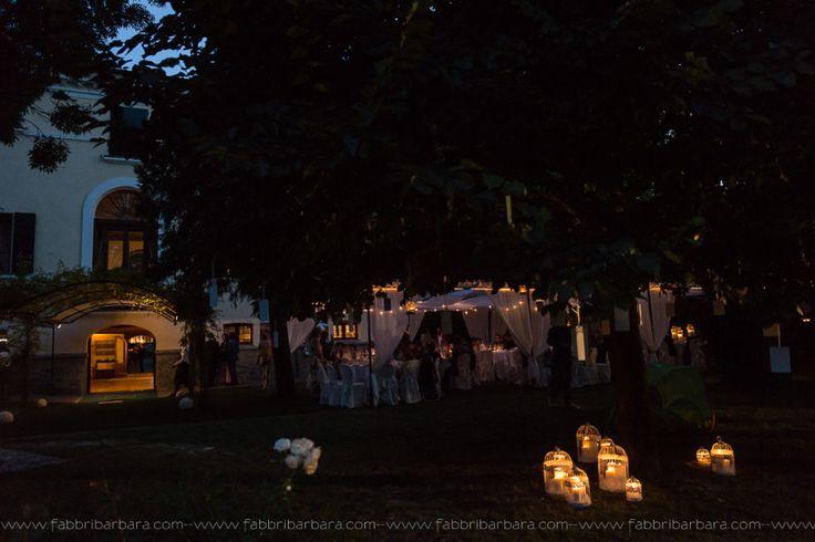 Un romantico scatto di un ricevimento serale nel giardino della villa
