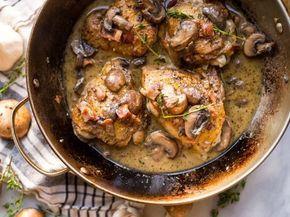 Deze kippendijen met roomsaus van tijm, champignons en spek vinden wij een ideaal recept voor in de herfst. De kippendijen bakken we in het vet van de spek.