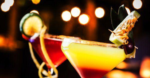 Des cocktails aux parfums de Noël et de fête: l'orange, la cannelle, les Sour, mais également le whisky, le Cognac, le Grand-Marnier, sans oublier le champagne et ses délicieuses bulles! Vous ne trouverez que des bonnes idées pour l'apéritif, le dessert ou tout simplement fêter Noël à plusieurs!