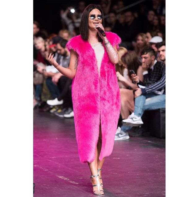 Singer Honey in Shabatin pink fur vest.