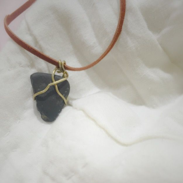 DIY NECKLACE using a rock, muselet, and faux leather.