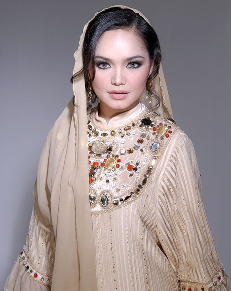 Beautiful Siti Nurhaliza has recently launched a cosmetics line that uses argan oil. She knows how good argan oil is to keep your skin and hair healthy and young!