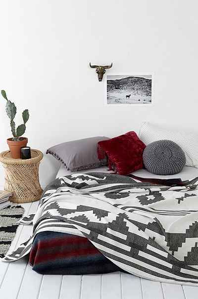 4040 Locust Contrast Geo Bed Blanket - Urban Outfitters
