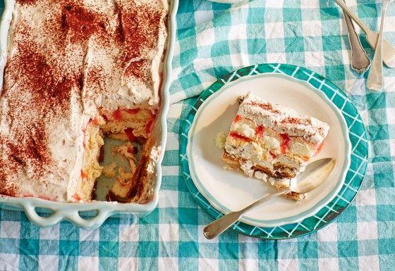 Hier verstecken sich die Erdbeeren in der Sauce, die zwischen die Lagen geträufelt wurde. Die gibt dem süßen Dessert ein fruchtiges Aroma!