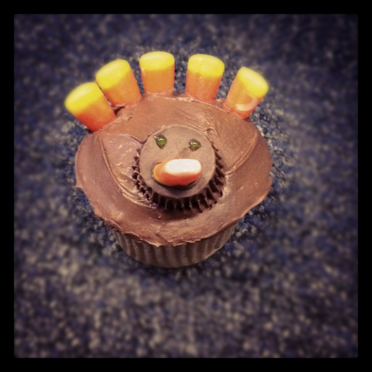 Cute thanksgiving cupcake idea using chocolate frosting, candy corn and Reese's pieces!