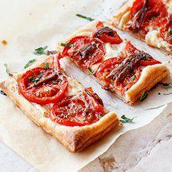 Tarta z serem kozim, pomidorami i sardelami (anchois) | Kwestia Smaku