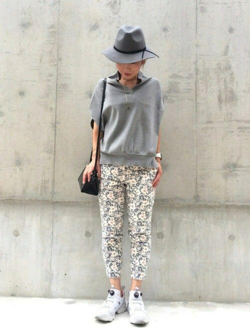 グレーの日    花柄パンツに変形のベスト?  ネックラインの形が面白くて  着てみると肩がすっきり
